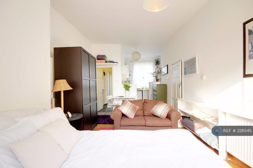 Studio flat in Highgate Road, London, NW5