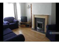 3 bedroom flat in Ravensbury Avenue, Morden, SM4 (3 bed)