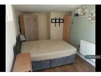 Studio flat in Snape Spur, Slough, SL1