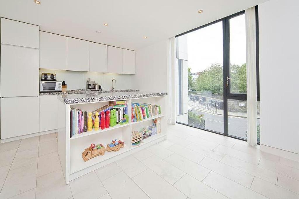 2 bedroom flat in Latitude House, Regents Park