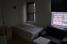 Massive double/twin room.Shower/toilet share with only 1 room. Acton Central, West London. All incl.