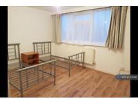 3 bedroom flat in Manor Parade, Hayes, UB3 (3 bed)