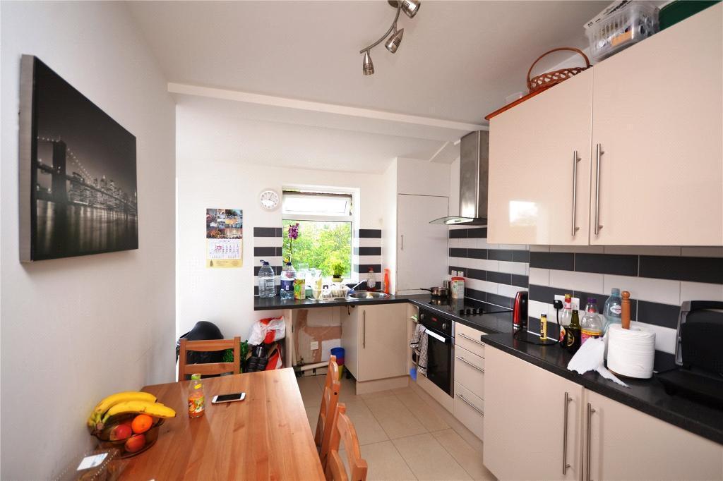 3 bedroom flat in Leslie Road, London, N2