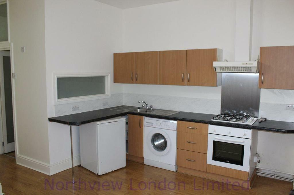2 bedroom flat in Hornsey Road, Upper Holloway, N19