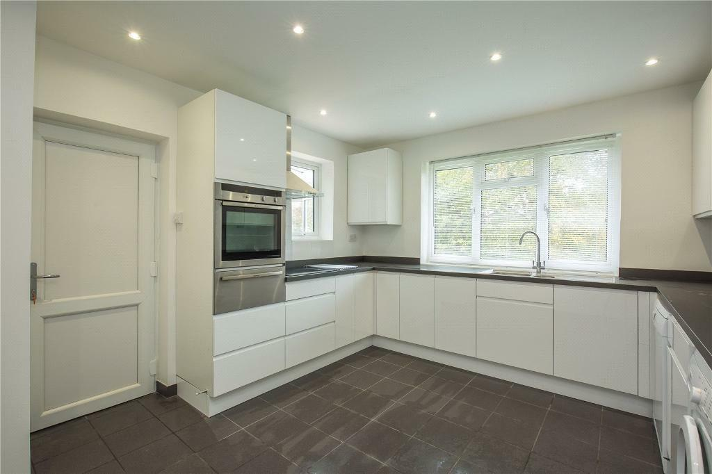 4 bedroom house in Latimer Road, Barnet, EN5