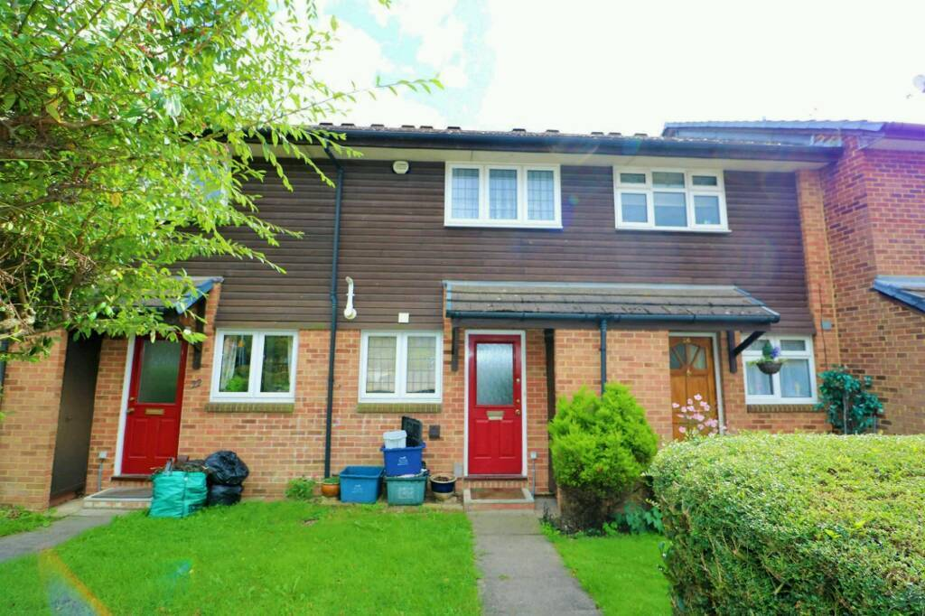 Fantastic 2 Bedroom House With Large Reception & Garden Available In Hainult (Central line)