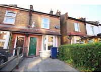 !!!! BEAUTIFUL 2/3 BED HOUSE WITH PRIVATE GARDEN AND DRIVEWAY FOR 1 CAR IN BRILLIANT LOCATION !!!