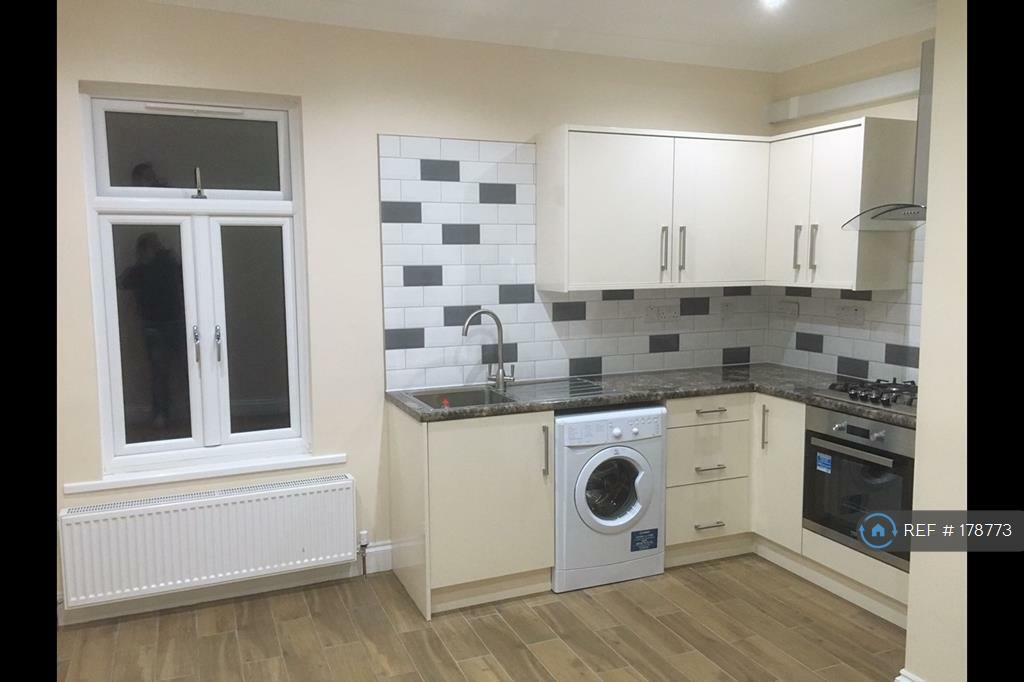 2 bedroom flat in Seven Kings, Ilford, IG3 (2 bed)