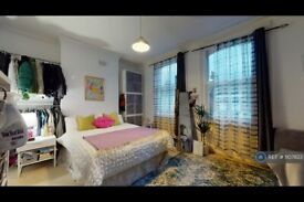 3 bedroom flat in Thorparch Road, London, SW8 (3 bed) (#1107823)