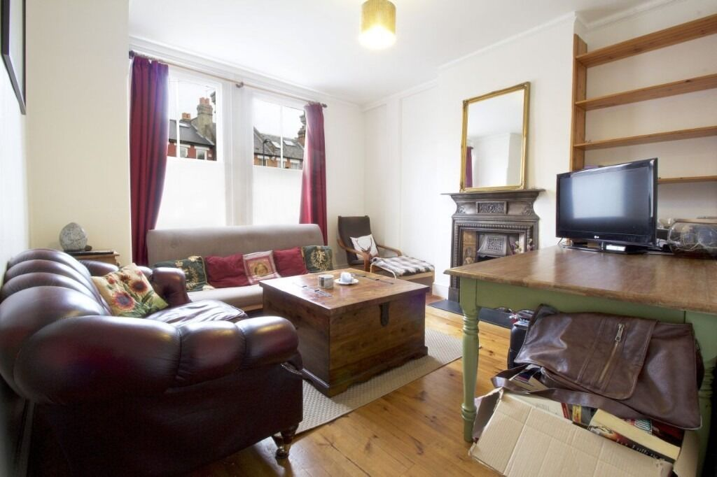 A SUPERB ONE/TWO BEDROOM GARDEN FLAT
