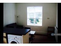 2 bedroom flat in Frobisher Road, London, N8 (2 bed)