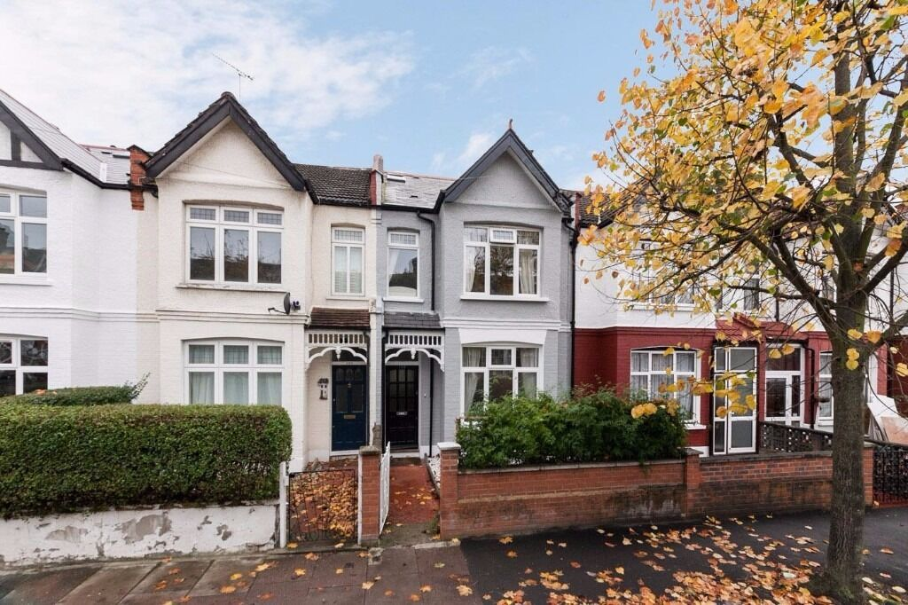 **AMAZING** FOUR BEDROOM HOUSE** AVAILABLE NOW! PERFECT LOCATION AND GREAT TRANSPORT LINKS