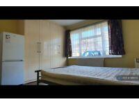 1 bedroom in Summerhouse Avenue, Hounslow, TW5 (#991573)