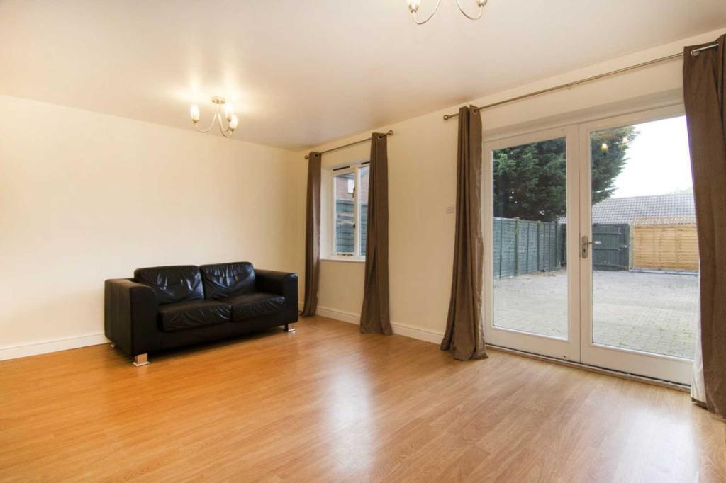 3 bedroom house in Tringham Close, Ottershaw