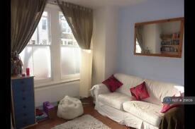 1 bedroom flat in Lydden Grove, London, SW18 (1 bed)
