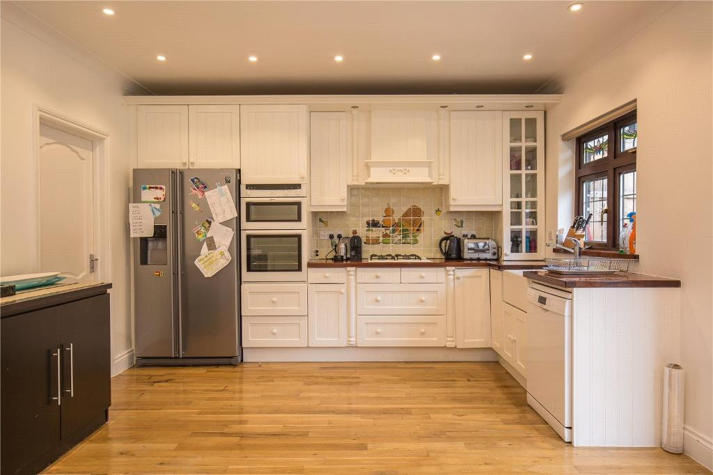 4 bedroom house in Lawrence Avenue, London, NW7