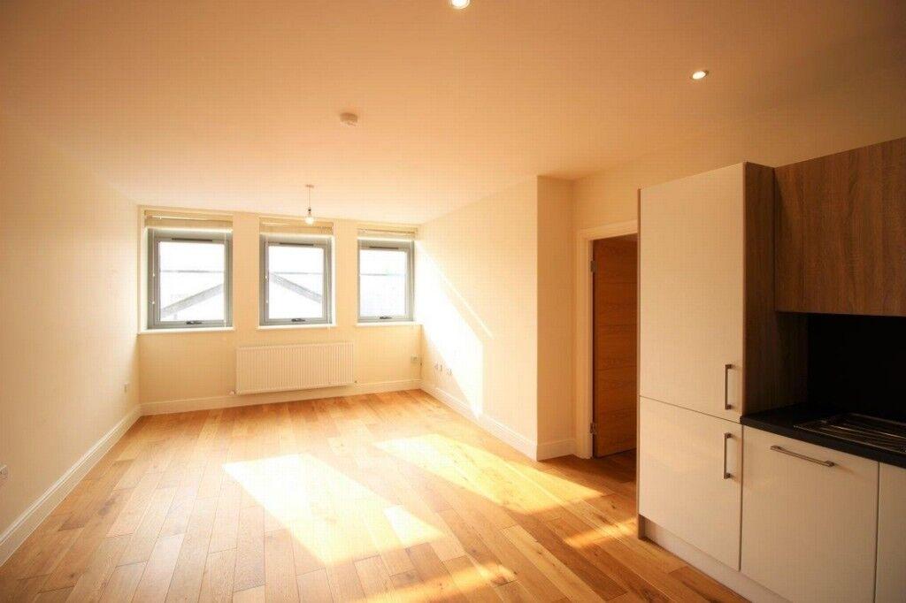 2 bedroom flat in Garth Road, Morden, SM4