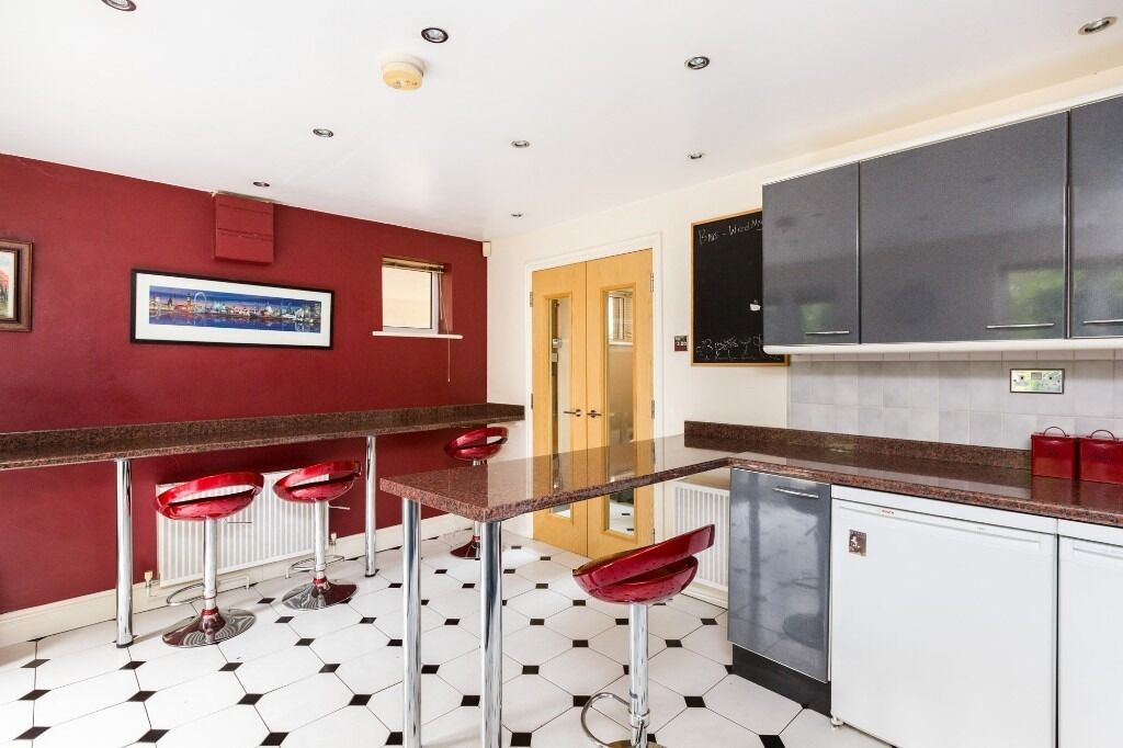 *** FOUR BEDROOM HOUSE *** WAPPING *** AVAILABLE NOW *** GARDEN ***
