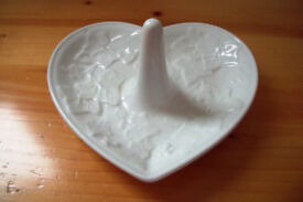 Vintage 1996 Wedgwood 'Classic Garden' design white heart shape ring/jewellery holder/dish.£8 ovno