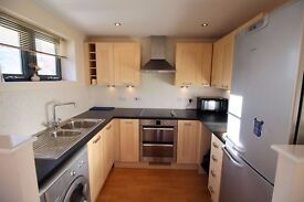 * 2 DOUBLE bed * water views * Balcony * Near uni and city centre and train station * Wood floors *