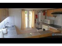2 bedroom flat in Headingley Avenue, Leeds, LS6 (2 bed) (#1124350)