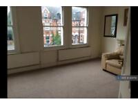 3 bedroom flat in Top Floor, London, W13 (3 bed)