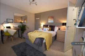 1 bedroom in Essex Close, Addlestone, KT15