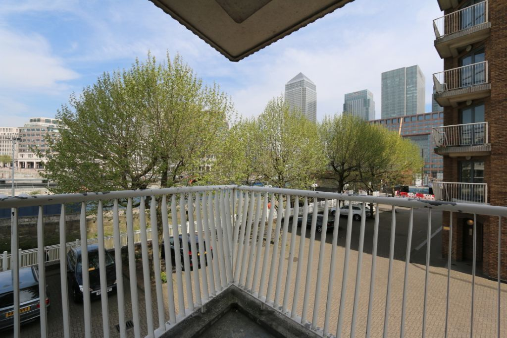 One bedroom flat within 5 minutes of Canary Wharf, gym, pool, 24hr porter, secure parking, balcony