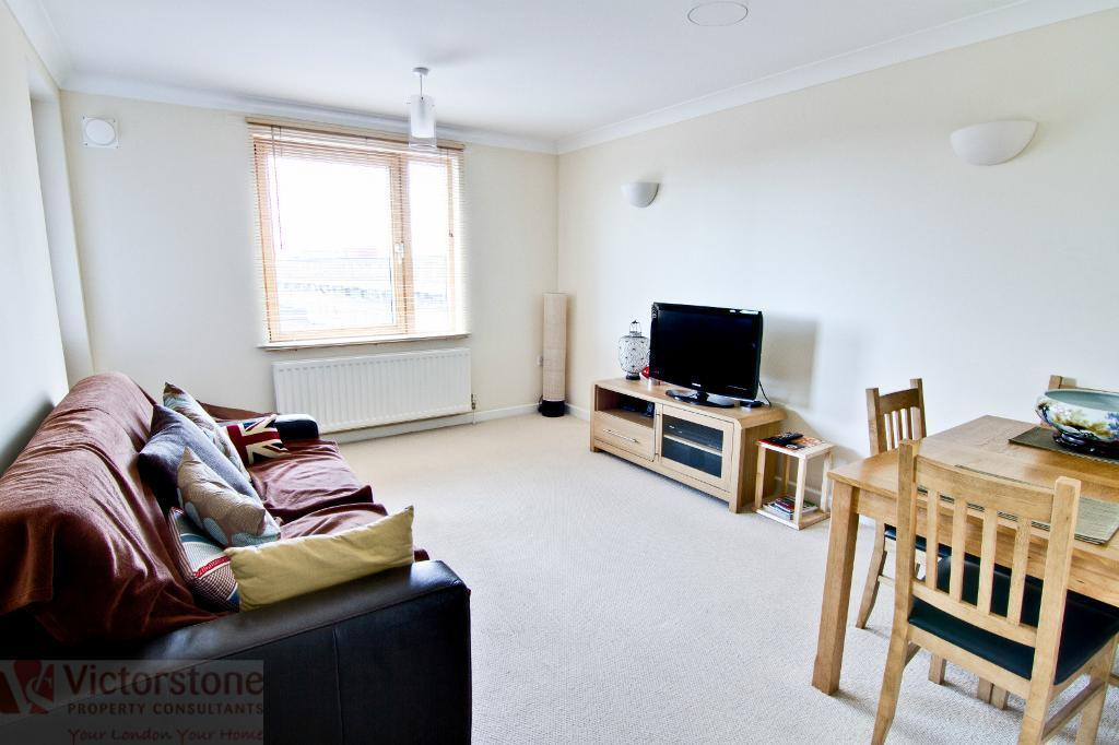 Commercial Road - 1 bed apartment with Balcony - Available 1st July