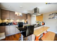 Bright & modern 2 bed, 2 bath flat moments from Shoreditch and Liverpool Street LT REF: 2324873
