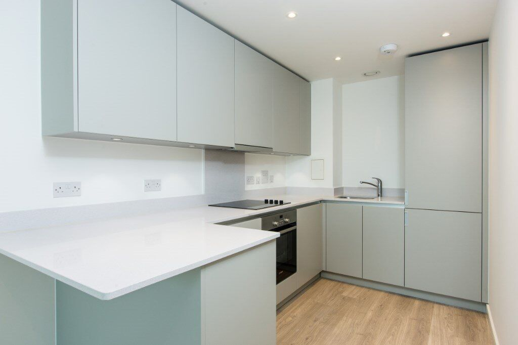 LUXURY BRAND NEW DESIGNER FURNISHED ONE BEDROOM APARTMENT IN WEST CROYDON CR0! GYM & CONCIERGE