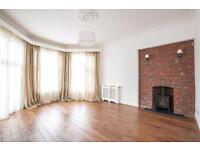 2 bedroom house in Queens Avenue, London, N10