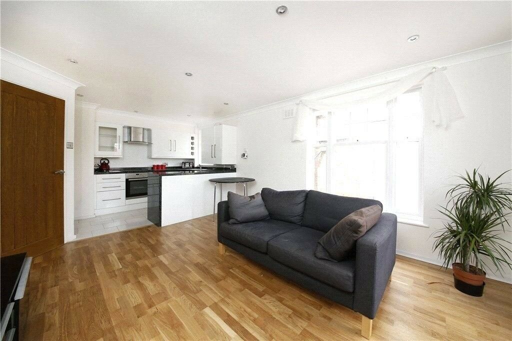 one bedroom modern apartment located in the heart of Hackney with communal Garden.