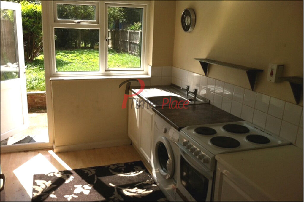 One Double Bedroom Flat with Parking