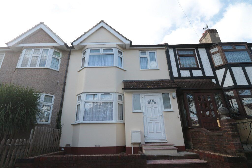 SE2 Plumstead. Fully refurbished 3 bed 2 bath house, new furniture, appliances, near buses, shops