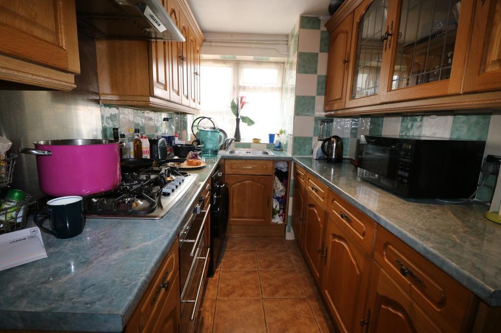 2 bedroom flat in High Street, Plaistow