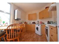 Modern clean Spacious 4 double bedroom flat. 5mins walk to Southfields Tube / 10mins South Wimbledon