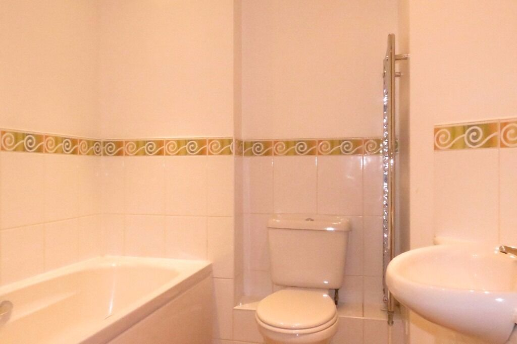 2 Bed Flat in Pepy's Road, Raynes Park, London, SW20!!Close to train station and wimbledon
