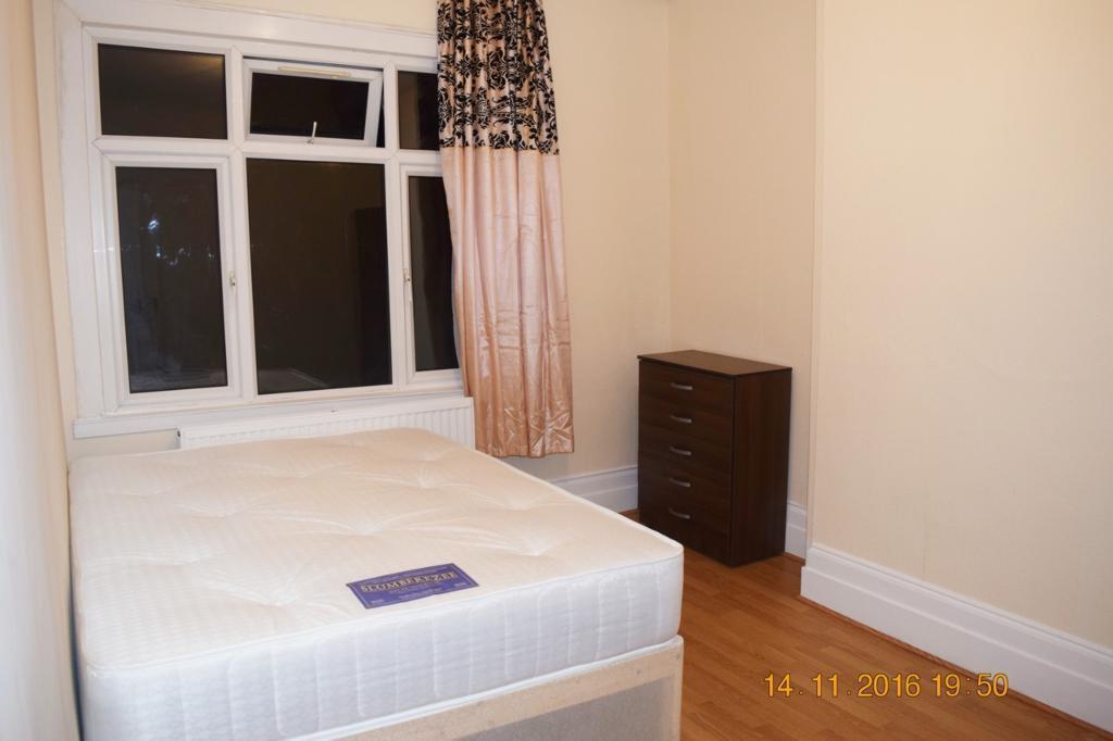 1 bedroom in Woodside Road, Room 4,, London, N22
