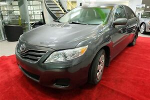 2010 Toyota Camry LE - Toit ouvrant, bluetooth