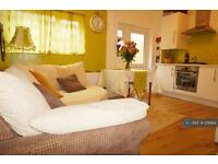 2 bedroom flat in Berwick Avenue, London, UB4 (2 bed)