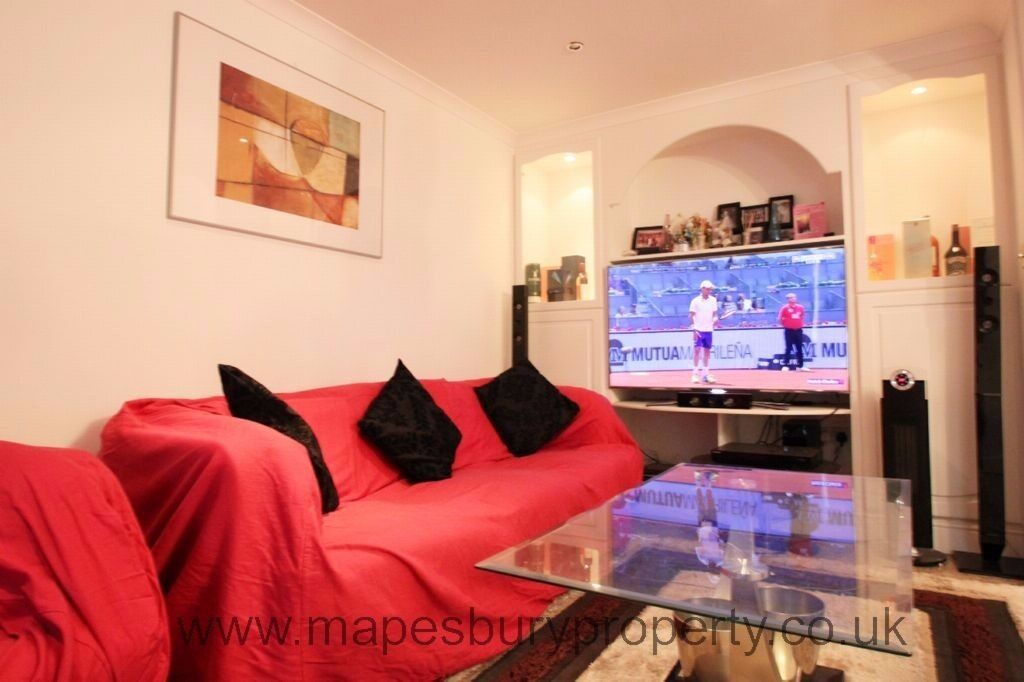 Luxurious 5 bedroom house available now. Secure parking, gated development. Garden and conservatory.