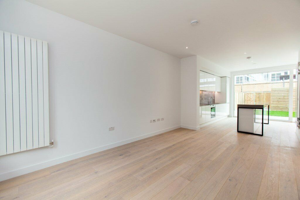 VACANT! - BRAND NEW 3 BEDROOM 3 BATHROOM LUXURY TOWN HOUSE IN E16 ROYAL WHARF - DESIGNER FURNISHED