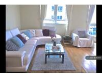 3 bedroom flat in St. George Wharf, London, SW8 (3 bed)