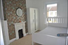 2 bedroom flat in Millais Road, London, EN1 (2 bed)