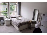 --DOUBLE ROOM IN A LOVELY HOUSE AVAILABLE FROM 16/12--