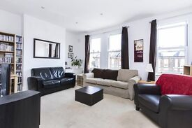 PACIOUS SPLIT LEVEL 3 BED PROPERTY! SEPARATE KITCHEN WITH A DISH WASHER! LARGE LIVING AREA! £438 PW!