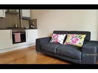 1 bedroom flat in Chatsworth Gardens, London, W3 (1 bed)