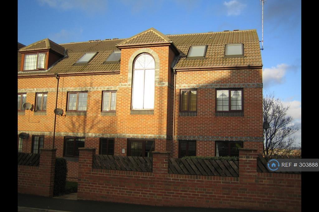 2 bedroom flat in Albert Road, Leeds, LS27