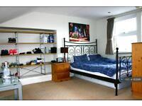 3 bedroom flat in Raeburn Street, London, SW2 (3 bed)